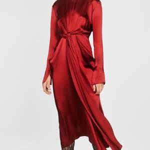 Söker denna klänning från zara i strl S/36 M/38