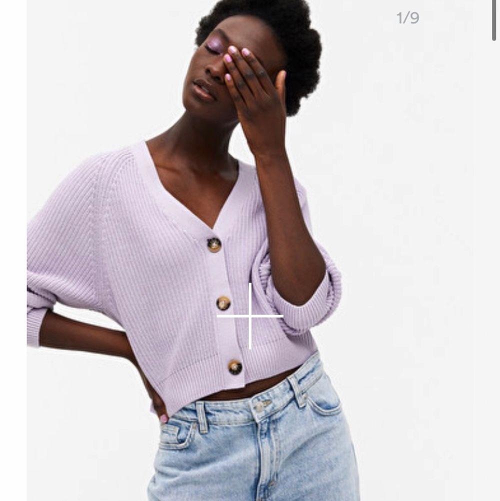 jätte fin stickad tröja med knappar från monki som är pastell lila.💜 Säljer pågrund av att den inte riktigt är min stil. Har aldrig  använd! 💜. Stickat.