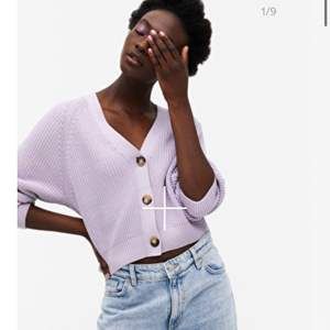 jätte fin stickad tröja med knappar från monki som är pastell lila.💜 Säljer pågrund av att den inte riktigt är min stil. Har aldrig  använd! 💜