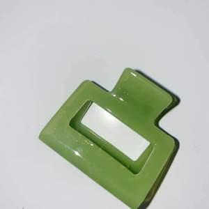 Säljer nu denna lilla gröna hårklämman som är 5 cm lång för 59 kr. Fett cool och sitter uppe i håret väldigt bra. Köpare står för frakt 22 kr.