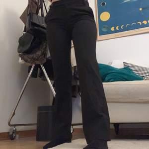 Ett par randiga kostymbyxor med fickor där bak. Byxorna är svart och brunrandiga och sitter tajt! De sitter bra på mig som oftast bär strl S och är 165 cm lång☺️