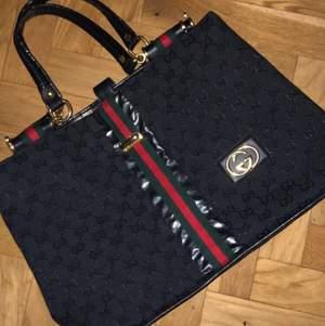 Fake Gucci hand väska. Nyskick och välrymlig. Läder handtag! Pris går diskuteras