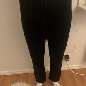 Svarta mjukisbyxor från Gina tricot. Jättesköna och fint skick. Korta för mig som är 173 cm. Modellen på bilden är 174 cm. Köparen står för frakten🥰
