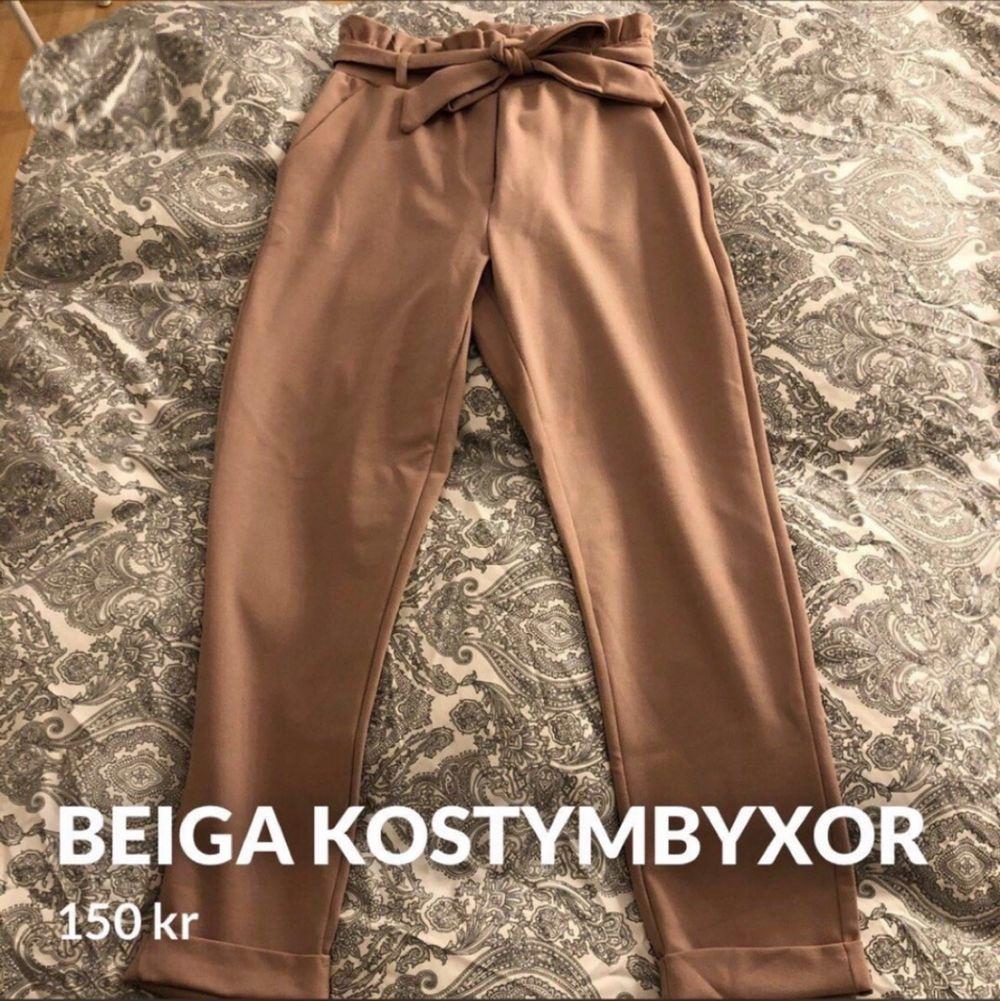 Säljer ett par beiga kostymbyxor i storlek xs men passar även en s  Använda en gång  Inköpta för 400kr, säljes för 150kr. Jeans & Byxor.