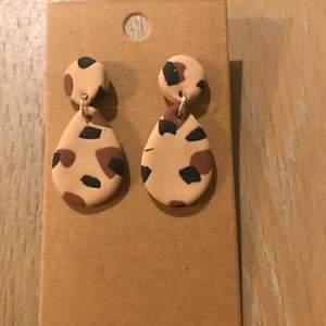Handgjorda öronhänge i leopard