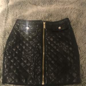 Aldrig kommit till användning så bestämt mig för att sälja denna kjol, storlek xs