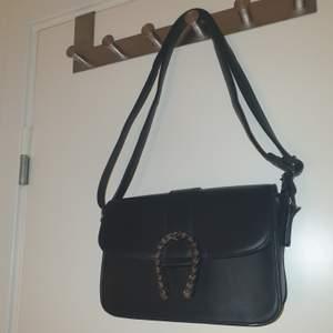 Jättesöt svart väska i nyskick!!💞 Andvänd få ggr.