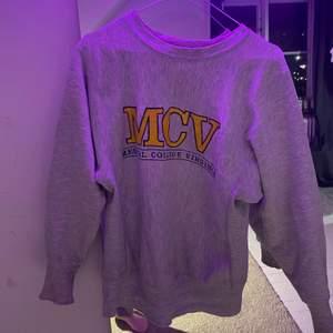 Snygg champion sweatshirts köptes för ett tag sen men inte speciellt sliten. Bokstäverna har spruckigt lite men annars är de verkligen inget fel på den. Den är i storlek small och är sann i storleken.