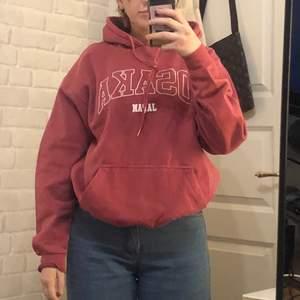 Säljer denna vintage hoodie som jag aldrig använt då jag har alldeles för många hoodies just nu. Köp för 250 direkt eller buda⭐️ Är en oversized M och sitter sjukt fint oversized på mig som är en S/M