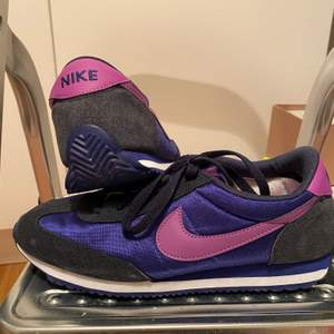 Säljer dessa assnygga Nike vintage skor som jag minns inte vad de hette, storleken är 40 men passar som 39 också! Väldigt sällan använda och i väldigt fin skick!