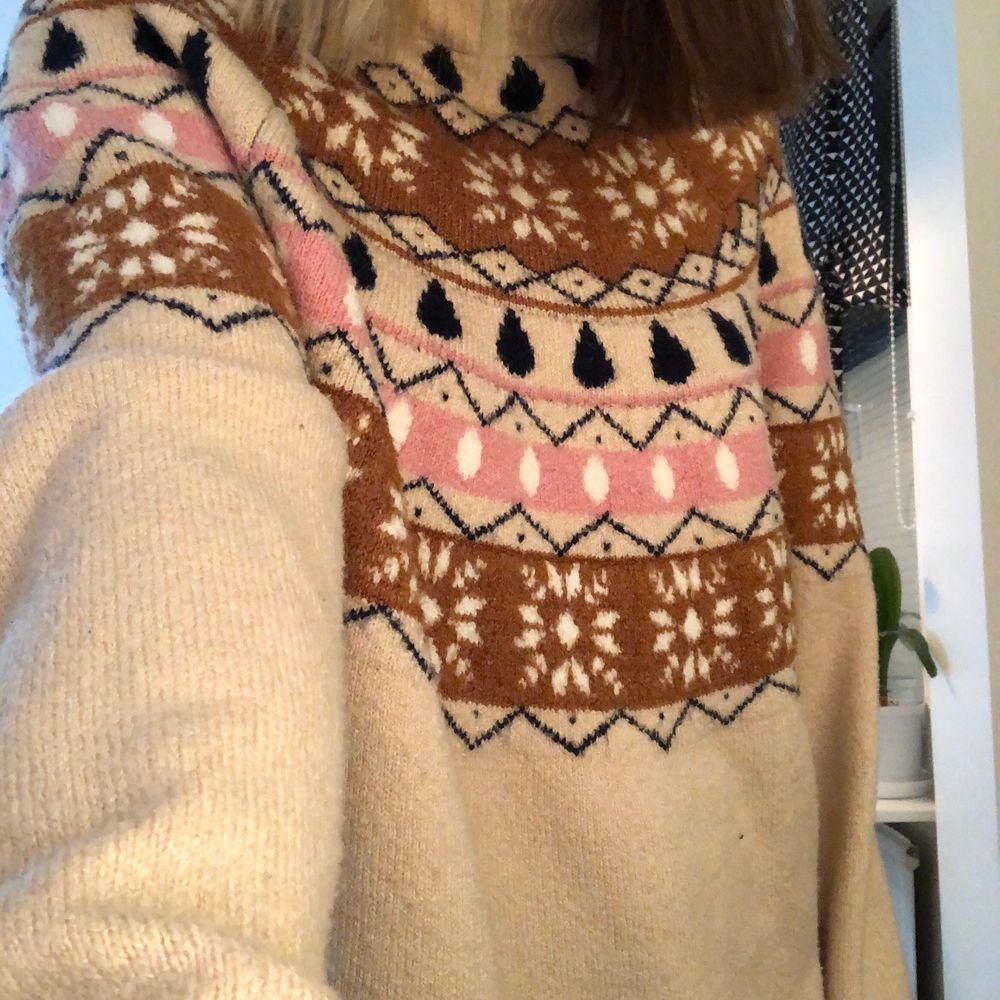 En stickad tröja ifrån gina tricot! Storlek L men jag som är en S har den som en oversized tröja🥰 säljs då jag inte har använt den så hoppas någon annan får användning av den❤️. Stickat.