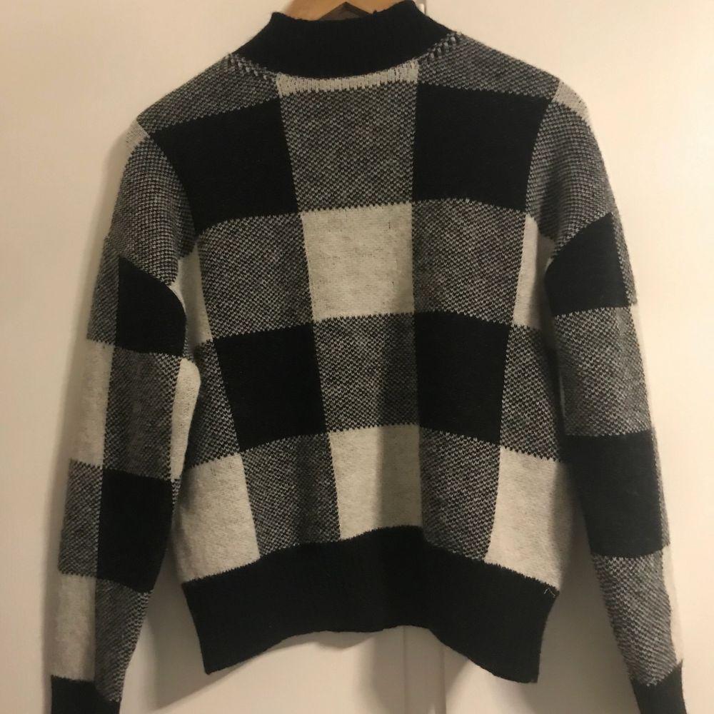 En rutig stickad tröja från Shein. Aldrig använd säljer den för att den är lite polo och jag tycker inte om det😊nypris runt 150kr och jag säljer för 100kr med tanke på skicket😇 frakt står för köparen.. Stickat.