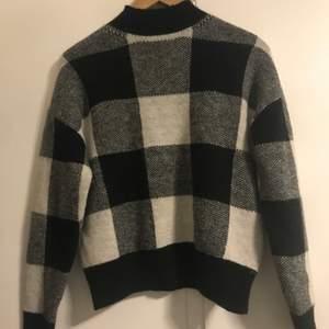 En rutig stickad tröja från Shein. Aldrig använd säljer den för att den är lite polo och jag tycker inte om det😊nypris runt 150kr och jag säljer för 100kr med tanke på skicket😇 frakt står för köparen.