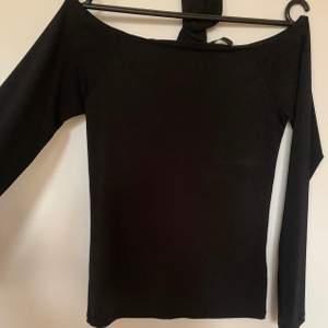Säljer en svart tröja med choker, knappt använd ✨ Priset är 20:- + frakt om den ska skickas 🌸 Ställ frågor om något är otydligt 💖