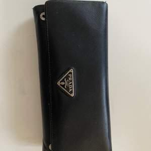 En snygg och simpel äkta Prada plånbok som jag använt 3 gånger💞 Säljes pågrund av ingen användning💞                                                                     Nypris: 7 900kr                                                                            Buda på: 3 000kr💞