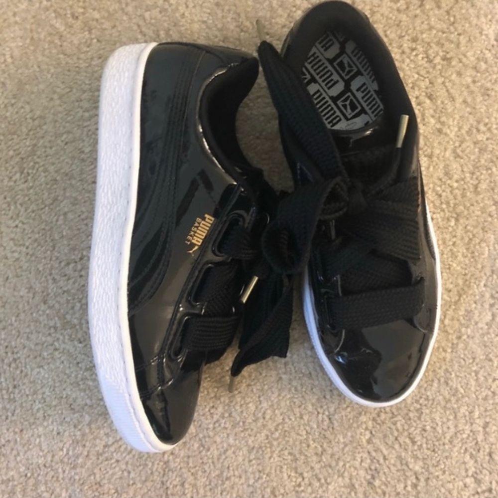 Basket heart patent WN's. Svarta glansiga Puma skor i storlek 37,5. Sparsamt använda. Ingår ett till par skosnören i satin som syns på sista bilden. Skor.
