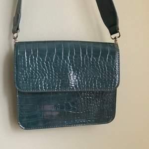Säljer denna väska från Hvisk pga felköp. Jättefin mörkgrön färg åt det blåa hållet. Perfekt vårväska!! Nypris 749 kr. Gratis frakt. Buda i kommentarerna. 💚🩱🩴🧤🐊🦚