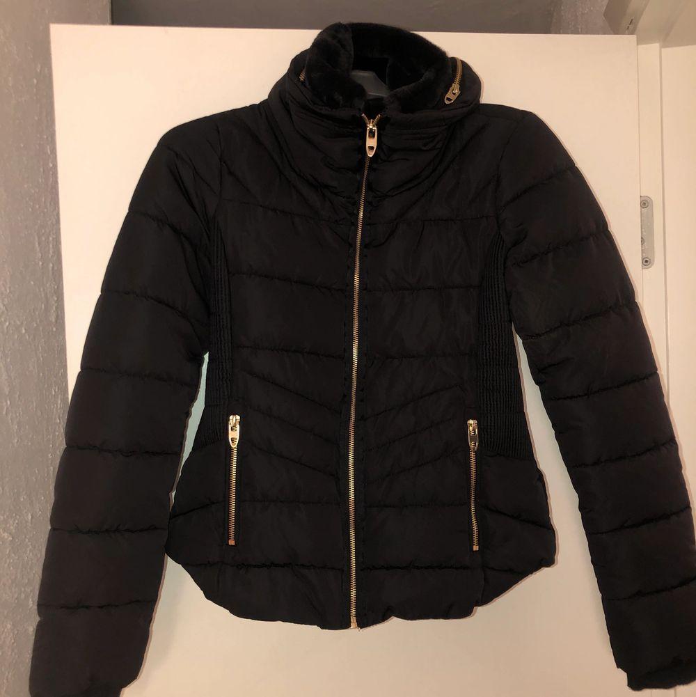 Ny, oanvänd jacka från zara. Den är mer svart än blå men lite däremellan. Nyskick!. Jackor.