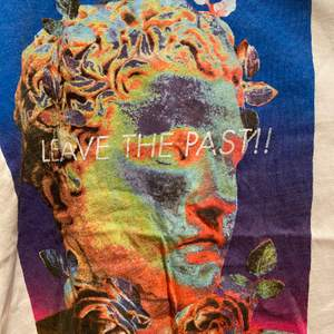 T-shirt från Zara med ett överfett tryck. Använd 1 gång. Pris går att diskutera! Exkl. frakt 💕