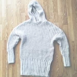 Superfin, stor, stickad tröja ✨  Oversize så passar i strl upp till 42 beroende på hur man vill att den ska sitta.  Möter upp i centrala Sthlm eller skickar mot fraktkostnad. Pris är diskuterbart 🌿
