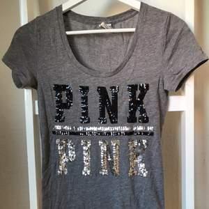 T-skirt från PINK med glitter text. Använd ett fåtal gånger.