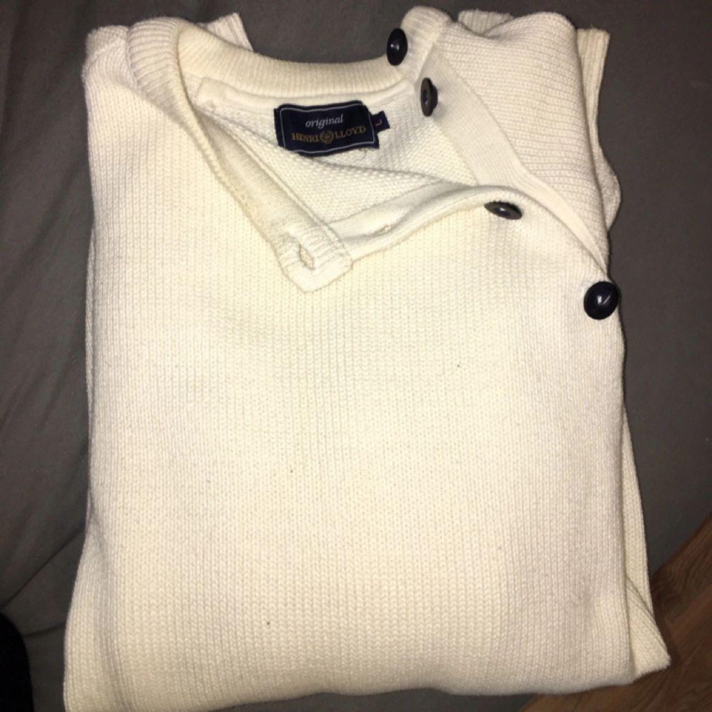 En äkta och helt oanvänd Henri Lloyd tröja  Säljer pga för stor för mig - priset kan diskuteras så tveka inte att höra av dig!. Huvtröjor & Träningströjor.