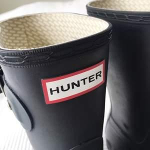 Hunter stövlar i storlek 38, strumporna ingår i priset men frakten står köparen för. Några slitningar värda att nämna men annars i gott skick. Går till mitten av smalbenet ungefär.