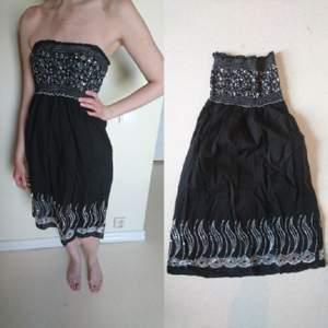 Abercrombie&Fitch-klänning med spänst i byst. Tunn klänning perfekt för sommaren med lite glitter. Köptes på tradera, endast använd 1 gång. Kan hämtas i Växjö eller Värnamo. annars postas.