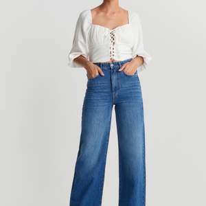 Trendinga vintage inspirerade jeans med en slits på vardera ände, säljes pga att de är för små. Storlek 38, jätte snygga! Priset inklusive frakt