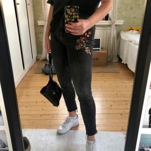 Mörkgråa jeans med broderade detaljer. Stretchiga och supersköna!