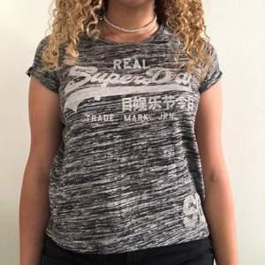 Grå T-shirt med text från SuperDry! Storlek XS (men passa även S)✨ Använder den inte, är i bra skick💘 kontakta mig vid frågor xx