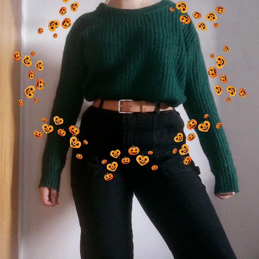 Mysig och snygg tröja från BLK DNM. Perfekt för hösten som är påväg🍁.                                                  Köparen betalar för frakt tyvärr men jag kan mötas upp i Stockholms området. 💚. Huvtröjor & Träningströjor.