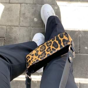 Säljer denna snygga väska, endast använd 1 gång. Säljer då den inte kommer till användning pga att jag har för många väskor. Pris kan diskuteras vid snabb affär. Kom med bud.💞