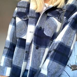 Säljer denna rutiga blå jackan från zara i storlek M. Knappt använd, max 5 gånger! Betalning sker via swish och köparen står för frakten! Hör av dig om du är intresserad!✨💕