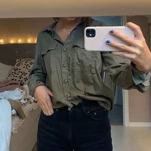 Skön och snygg grön skjorta från hm. Fint skick! Frakt 40kr💜 Lite oversize på mig som är 165💓