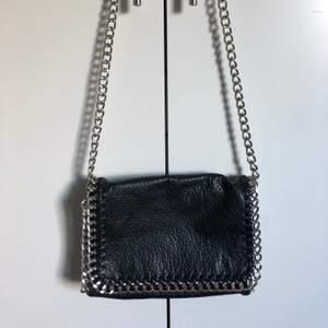 Svart väska från Tiamo. Fint skick använd endast ett fåtal gånger. Stängs med dragkedja och magneter. Förutom innefacken på bilden finns det även ett dragkedjefack på baksidan av väskan. Köpt för: 500 kr. Jag säljer min för 90 + frakt, alltså 153 kr. Pris kan diskuteras