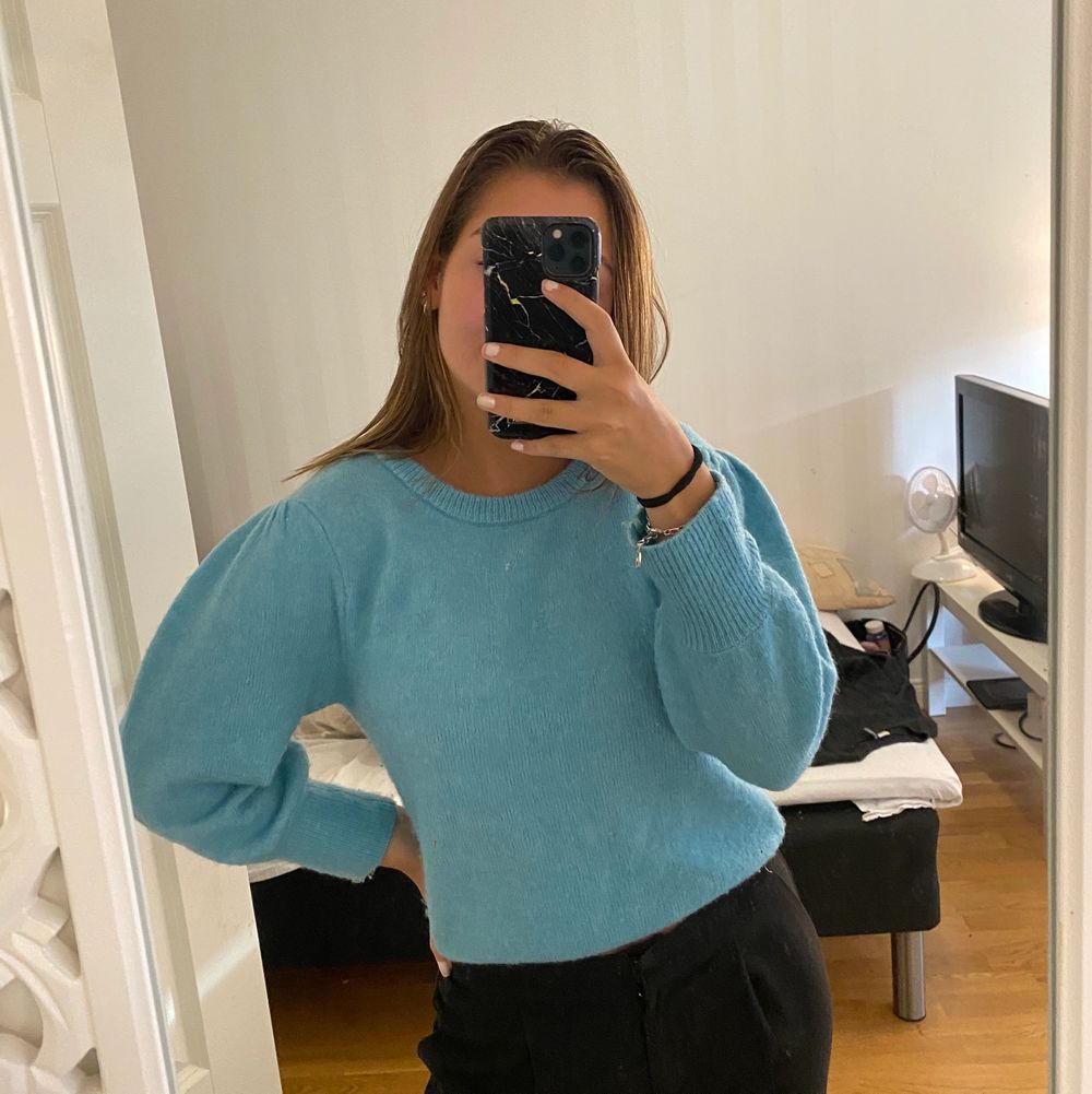 Säljer denna snygga stickade tröja från BIKBOK i storlek XS! Endast testad så väldigt bra skick, tröjan är väldigt stretchig. Säljs för 130 inklusive frakt😊 Hör av er vid frågor. Stickat.