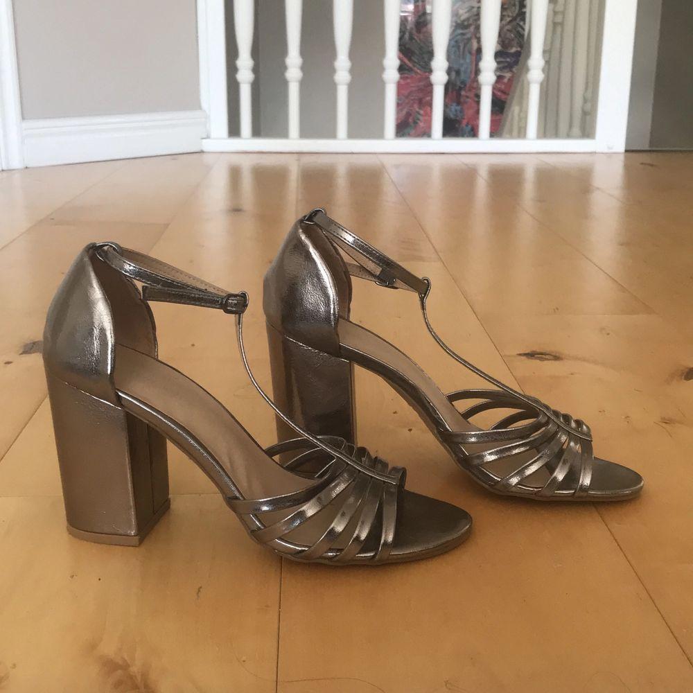 Silvriga klackskor i storlek 38 från New Look. 9,5 cm långa klackar. Har endast använts 1 gång! Superbekväma :). Skor.