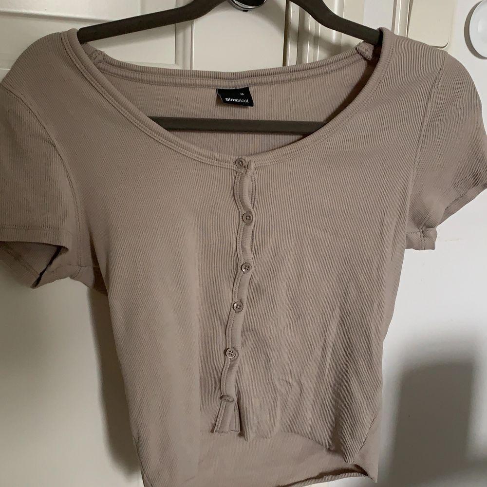 Jättefin populär beige tröja med knappar på från gina tricot. Nyskick, använd fåtal gånger. Storlek M men sitter bra på mig som är XS/S i vanliga fall eftersom att den är väldigt stretchig. Passar därför en vanlig M också. Köpare står för frakt. . Tröjor & Koftor.