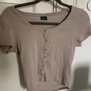 Jättefin populär beige tröja med knappar på från gina tricot. Nyskick, använd fåtal gånger. Storlek M men sitter bra på mig som är XS/S i vanliga fall eftersom att den är väldigt stretchig. Passar därför en vanlig M också. Köpare står för frakt.