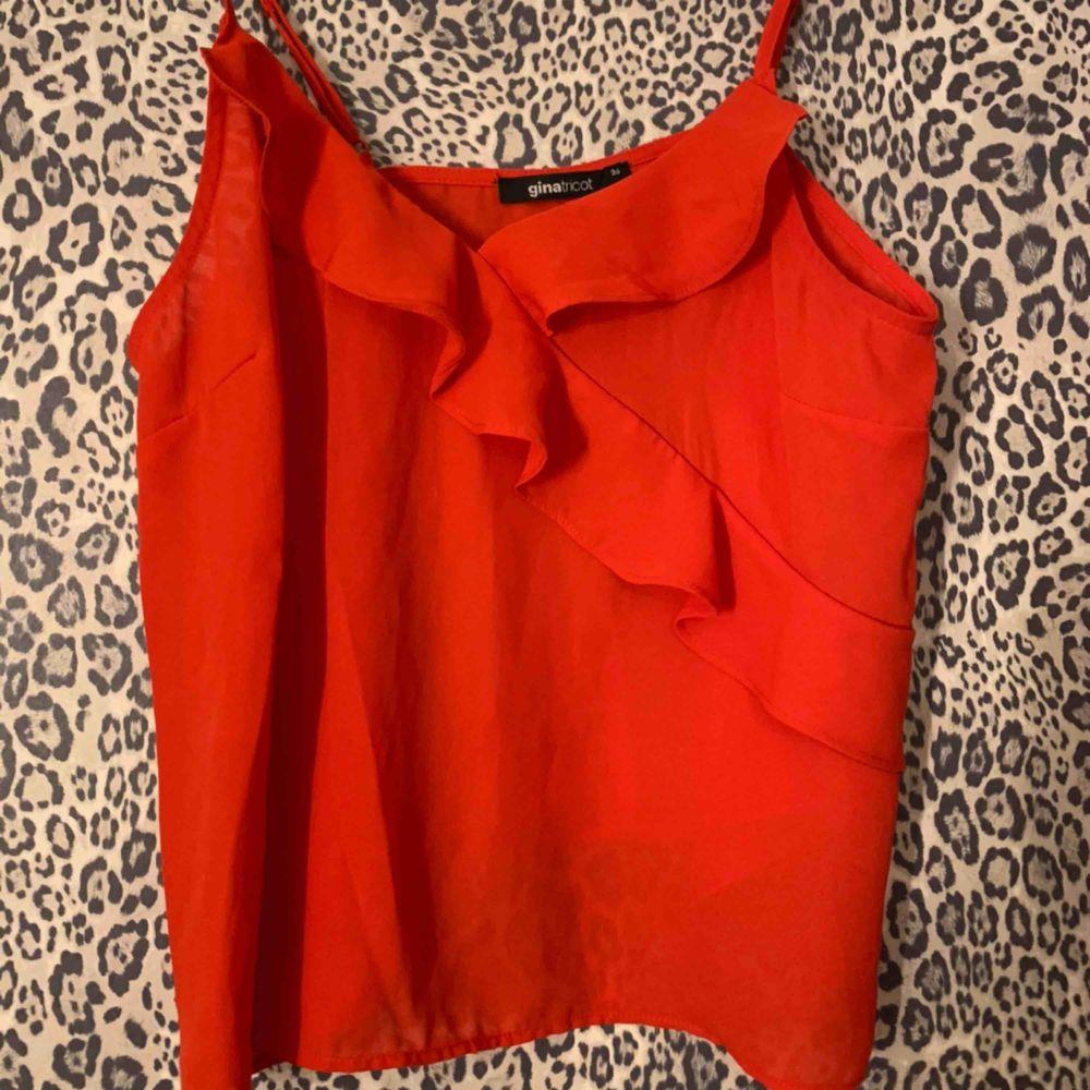 Rött linne från Gina Tricot, använd endast en gång!. Toppar.