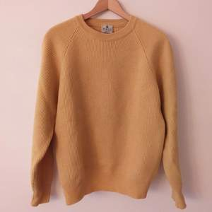 Jättevarm och go tröja i 100 %fin ulll från Italien. Perfekt till vintern i varm gul färg.