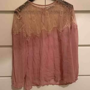 Rosa blus från MNG. Passar en storlek S bra. Övre delen av tröjan som är spets är genomskinlig, behövs ett linne under.  Frakt kostar 22kr, köpare betalar.