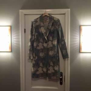Superfin kappa med grönt blommönster i pastell från Hobbs, använd endast ett fåtal ggr.