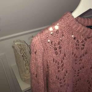 Stickad tröja från chiquelle! Tröjan är supersnygg och är inne. Endast använd ett fåtal gånger på bild!