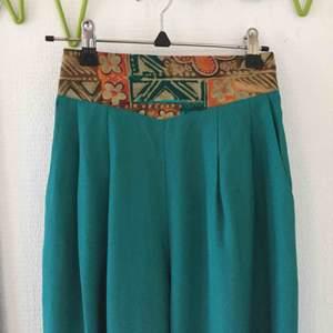 Tunna byxor i stramt tyg, köpta på beyond retro! I bra skick, perfekt längd för mig som är ungefär 160.