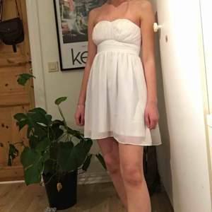 Finklänning från märket Models Behaviour (köpt från Nelly.com), passar till XS-S, frakten räknas in i priset men kan även mötas upp runt Växjö/Åseda (fraktfritt pris) 🤩💕