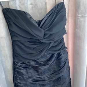 En svart klänning med lite volanger och dragkedja i ryggen. Jag köpte den i vintras och den är använd en gång och fortfarande i bra skick. Nypris- 399kr