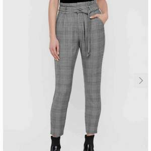 Säljer dessa rutiga byxor från Vero Moda!! Pris: 100 inkl frakt 🦋