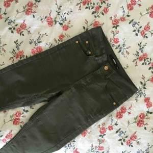 Militärgröna jeggins (stretchiga stuprörsjeans) med guldfärgade detaljer från BIKBOK i strl XS. Bra skick. Säljer pga för mycket kläder. Frakt tillkommer.